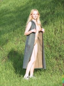 Ирена гуляет голышом - фото #4