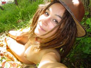 Посмотрите пару минут на фото голых девушек с дредами - фото #23