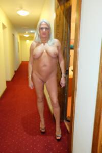 Пожилая блонда с пирсингом на клиторе - фото #1