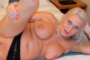 Пожилая блонда с пирсингом на клиторе - фото #22