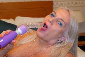 Пожилая блонда с пирсингом на клиторе - фото #24