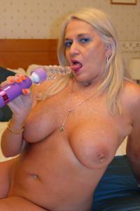 Пожилая блонда с пирсингом на клиторе - фото #26