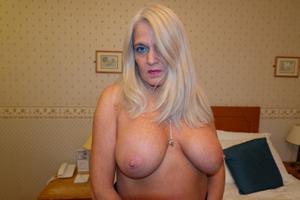Пожилая блонда с пирсингом на клиторе - фото #4