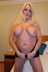 Пожилая блонда с пирсингом на клиторе - фото #5