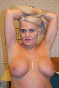 Пожилая блонда с пирсингом на клиторе - фото #6