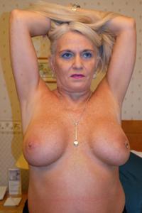 Пожилая блонда с пирсингом на клиторе - фото #7