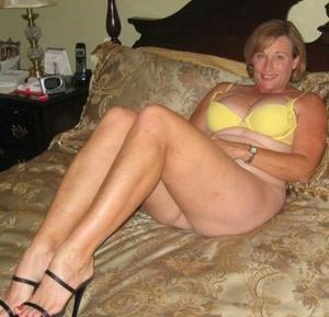 Женщина показывает не только сиськи - фото #7