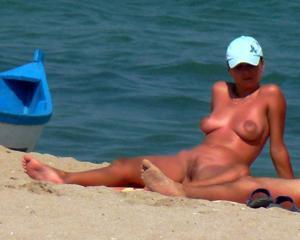 Нудистки на диком пляже - фото #13