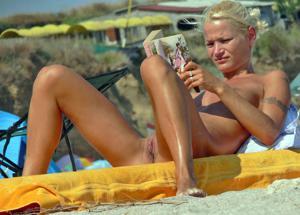 Нудистки на диком пляже - фото #17