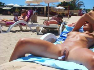 Нудистки на диком пляже - фото #6