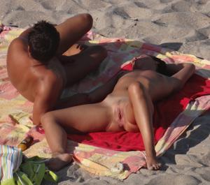Нудистки на диком пляже - фото #8