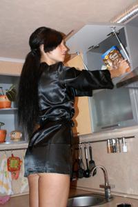 Стройная деваха гладит себя между ног прямо на кухне - фото #2