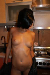 Стройная деваха гладит себя между ног прямо на кухне - фото #31