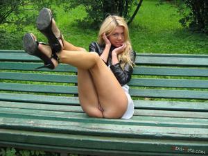 Зачем она гуляет по парку без трусиков? - фото #1