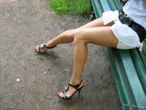 Зачем она гуляет по парку без трусиков? - фото #10