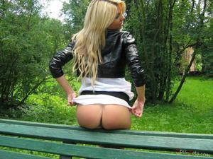 Зачем она гуляет по парку без трусиков? - фото #11