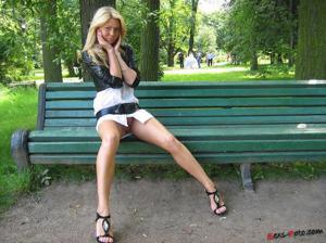 Зачем она гуляет по парку без трусиков?