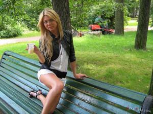Зачем она гуляет по парку без трусиков? - фото #14