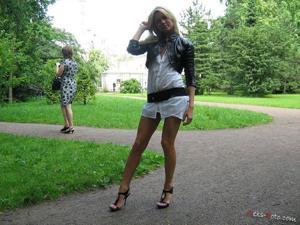 Зачем она гуляет по парку без трусиков? - фото #15