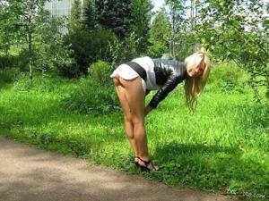 Зачем она гуляет по парку без трусиков? - фото #16