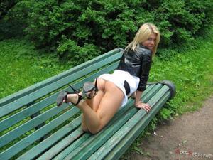 Зачем она гуляет по парку без трусиков? - фото #4