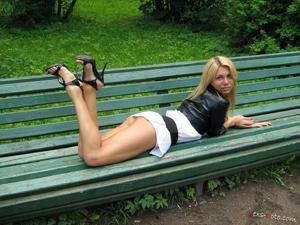 Зачем она гуляет по парку без трусиков? - фото #5