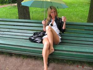 Зачем она гуляет по парку без трусиков? - фото #6