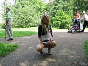 Зачем она гуляет по парку без трусиков? - фото #8