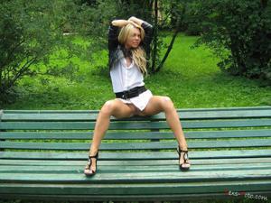 Зачем она гуляет по парку без трусиков? - фото #9