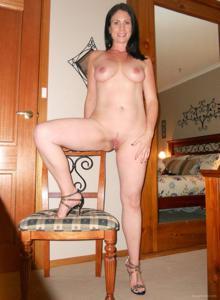 Возбудила своего мужчину раздвигая ноги, пришлось сосать