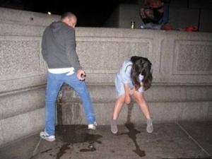 Уличный писсинг пьяных баб - фото #1