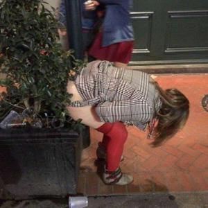 Уличный писсинг пьяных баб - фото #13