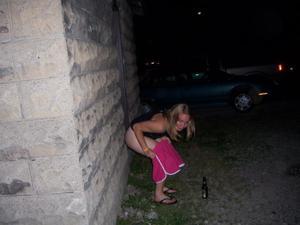 Уличный писсинг пьяных баб - фото #14