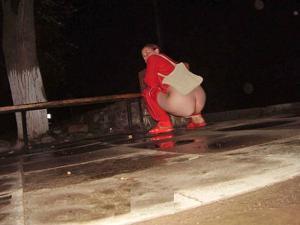 Уличный писсинг пьяных баб - фото #21