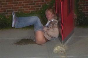 Уличный писсинг пьяных баб - фото #4