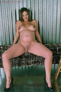 Беременная светанула бритую пиздень - фото #13