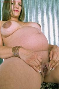Беременная светанула бритую пиздень