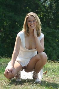 Летом, многие девушки трусики не носят - фото #12