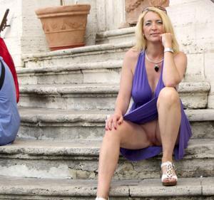 Летом, многие девушки трусики не носят - фото #15