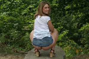 Летом, многие девушки трусики не носят - фото #40