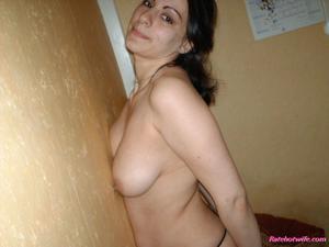 Брюнетке нравится испытывать оргазм - фото #2