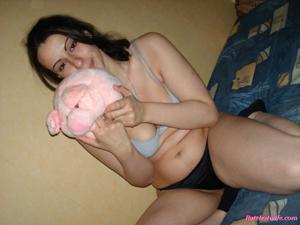 Брюнетке нравится испытывать оргазм - фото #23