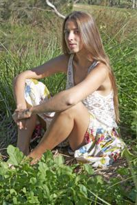 Голенькая Фабианна на природе - фото #3