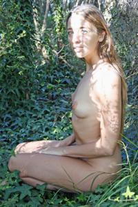 Голенькая Фабианна на природе - фото #43