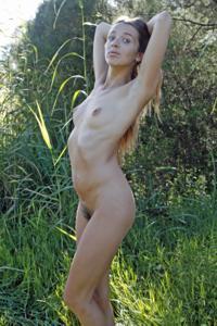 Голенькая Фабианна на природе