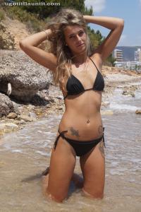 Блондинка топлесс на пляже в городе - фото #1