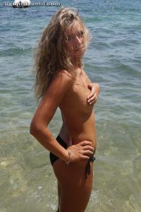 Блондинка топлесс на пляже в городе - фото #10