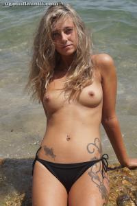 Блондинка топлесс на пляже в городе - фото #13