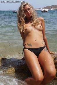 Блондинка топлесс на пляже в городе - фото #14