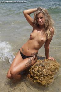 Блондинка топлесс на пляже в городе - фото #15